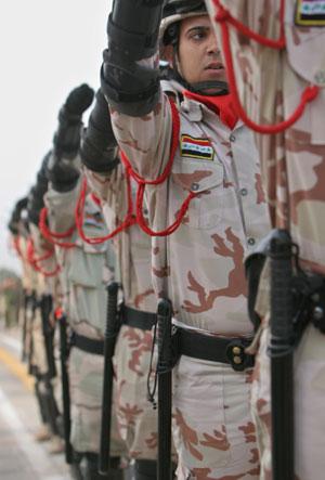 Soldado iraquíes durante el desfile en Basoras. (Foto: AP)