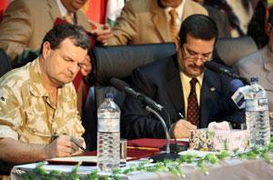 El general británico Graham Binns (i) durante la firma del traspaso con el gobernador ohamed Mosbah Waeli. (Foto: AFP)