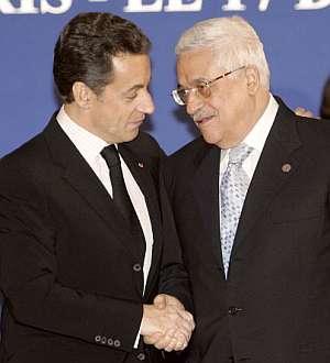 El presidente francés, Nicolas Sarkozy, y el palestino, Abu Mazen, se estrechan la mano en París. (Foto: AFP)