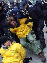 Varios policías belgas detienen a un activista (AFP/Dominique Faget)