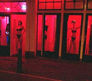 Varias prostitutas se ofrecen tras los escaparates del Barrio Rojo.