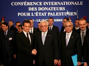El presidente francés, Nicolás Sarkozy (i), estrecha la mano del presidente de la Autoridad Palestina (ANP), Mahmud Abás. (Foto: EFE)