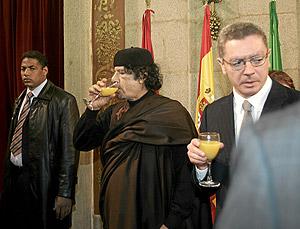 Gallardón y el líder libio Gadafi toman un zumo durante la recepción. (Foto: Javi Martínez)