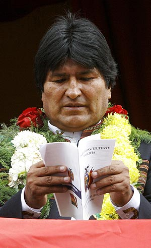 Evo Morales lee un ejemplar de la nueva Constitución del país. (Foto: REUTERS)
