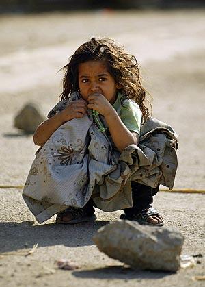 Una niña iraquí espera en una de las calles de Bagdad. (Foto: AFP)