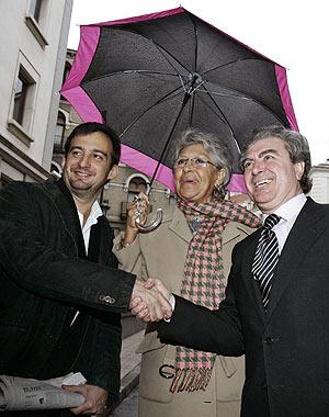 Alejandro Amenábar, junto Pilar Bardem, saluda al ministro de Cultura, César Antonio Molina. (Foto: EFE)