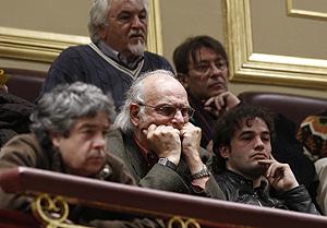 Carlos Saura, junto a Carlos Iglesias y Liberto Rabal, siguen el debate. (Foto: EFE)