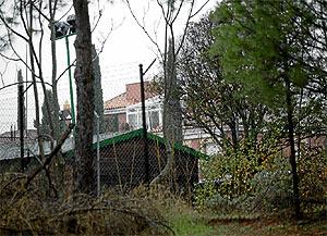 Imagen de la entrada de la urbanización. (Foto: Antonio Xoubanova)