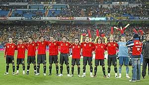 La selección escucha el himno durante el partido clasificatorio contra Suecia. (Foto: Alberto Cuéllar)