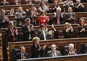 Los diputados socialistas aplauden tras la aprobación de los Presupuestos. (Foto: EFE)