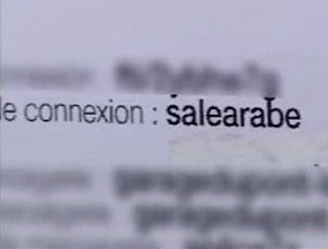 Detalle donde se puede leer 'salearabe'; 'sucioarabe' en español