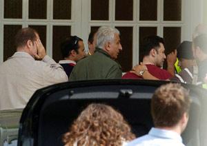 Al Kassar, en el centro, durante un registro. (Foto: Antonio Pastor)
