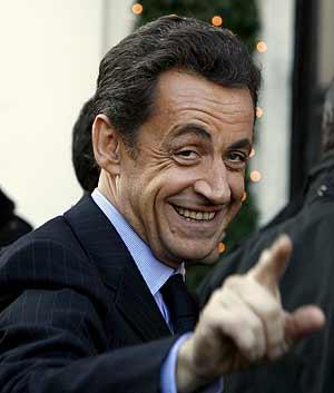 El presidente francés Nicolas Sarkozy saluda durante su visita a Roma. (Foto: EFE)