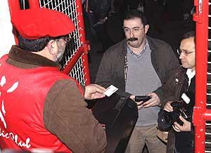 El periodista Jon Rivas y el fotógrafo Mitxi, vetados en San Mamés. (Foto: EFE)