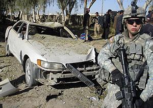Un soldado estadounidense, en la zona del atentado en Biyi. (Foto: REUTERS)