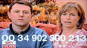 Imagen de los McCann en su vídeo con el número de teléfono para cualquier información sobre su hija. (Foto: EFE)
