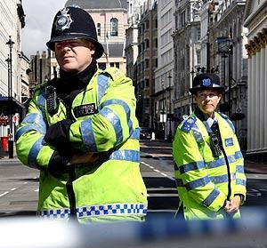 Dos agentes británicos acordonan el tráfico en Londres. (Foto: EFE)