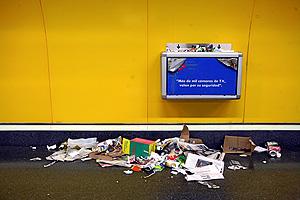 Imagen de una de las papeleras llenas de basura en una de estación. (Foto: Sergio González)