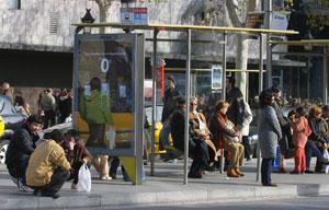 Viajeros esperando el autobús en el Paseo de Gràcia. (Foto: Christian Maury)