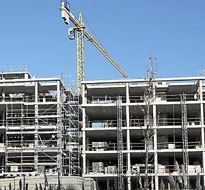 Bloque de viviendas en construcción en Alcalá de Henares. (Foto: Bernardo Díaz)