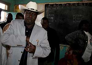 El líder de la oposición, Raila Odinga, en el momento de la votación. (Foto: EFE)