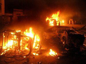 Varios vehículos arden en Hyderabad. (Foto: AFP)