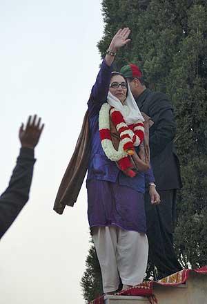 Bhutto saluda a sus simpatizantes tras el mitin, momentos antes de ser tiroteada. (Foto: REUTERS)