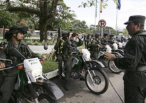 Agentes de policía colombianos patrullan en el aeropuerto de Villavicencio. (Foto: AP)