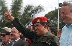 Néstor Kirchner (dcha.) y Hugo Chávez despiden a los helicópteros antes de partir hacia Colombia. (Foto: AP)