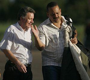 El vicecanciller venezolano para América Latina y el Caribe, Rodolfo Sanz (d), es recibido por el Alto Comisionado para la Paz de Colombia, Luis Carlos Restrepo en Villavicencio. (Foto: EFE)