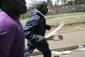 Un hombre corre con un machete en la mano. (Foto: AP)