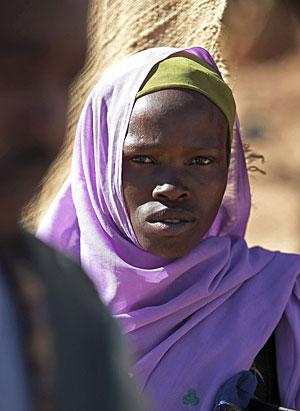 Una mujer en un mercado de Kutum, en Sudán. (Foto: Reuters | Stuart Price)