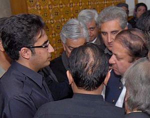 El ex primer ministro Nawaz Sharif traslada el pésame a Bilawal Zardari, hijo de Bhutto. (Foto: EFE)