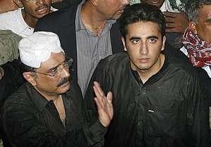 Asif Ali Zardari y su hijo Bilawal saludan a los seguidores del PPP en el funeral. (Foto: AP)