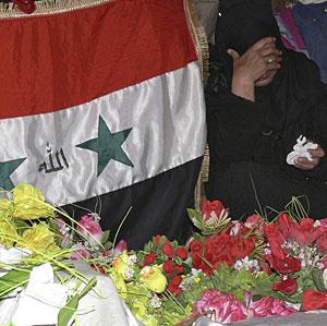 Una mujer llora junta a la tumba de Sadam. (Foto: REUTERS   Sabah al-Bazee)