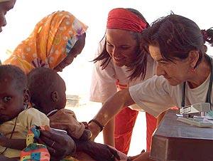 Mercedes atiende a unos niños. (Foto: Médicos Sin Fronteras)