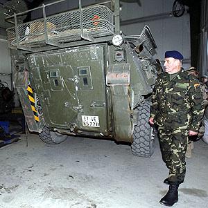 Don Juan Carlos visita los talleres de la base. (Foto: EFE)
