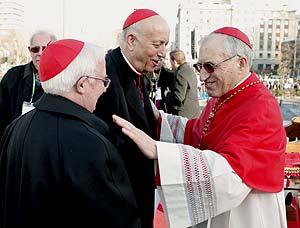 El cardenal arzobispo de Valencia, monseñor García-Gasco, saluda a sus homónimos de Madrid y Toledo, Antonio María Rouco y Antonio Cañizares. (Foto: EFE).