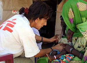 La médico Mercedes García examina a un niño en una misión en el norte de Darfur. (Foto: AFP)