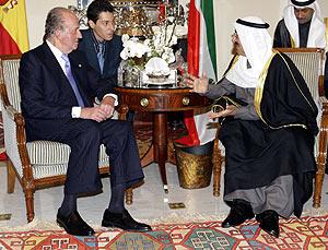 El Rey conversa con el emir de Kuwait, jeque Sabah al Ahmad al Sabahen. (Foto: EFE)