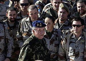 Don Juan Carlos, durante su visita a las tropas. (Foto: EFE)