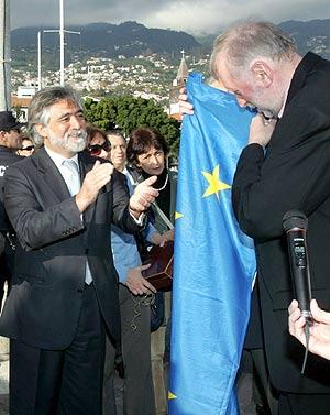El ministro de Relaciones Exteriores de Portugal entrega la bandera de la UE a su homólogo esloveno. (Foto: EFE)