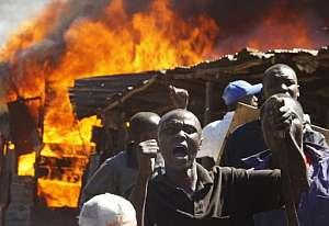 Habitantes de un suburbio de Nairobi protestan mientras arden sus viviendas. (Foto: AFP)