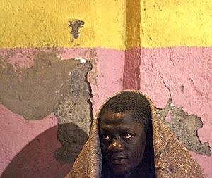 Uno de los inmigrantes que llegaron a Los Cristianos en Tenerife. (Foto: REUTERS)