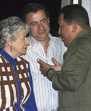 Familiares de Clara Rojas conversan con Hugo Chávez. (Foto: EFE)