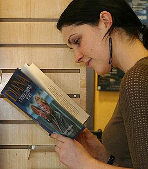 Una mujer ojea un libro en una tienda. (Foto: AP)