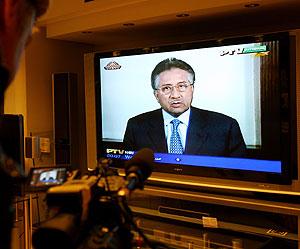 Un cámara graba imágenes del discurso televisado de Musharraf. (Foto: AFP)