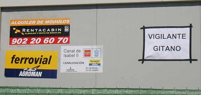 Cartel de vigilante gitano colocado por el propio vigilante de la obra del Canal de Isabel II. (Foto: Juan Antonio Campos)
