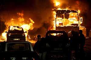 Numerosos coches han ardido a causa de la explosión en Turquía. (Foto: EFE)