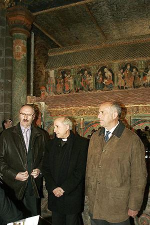 José Rafael Briñas, vicepresidente de la Fundación del Patrimonio de Castilla y León, a su lado, Jesús García Burillo, obispo de Ávila y Agustín González, presidente de Caja de Ávila. (Foto: R. M.)